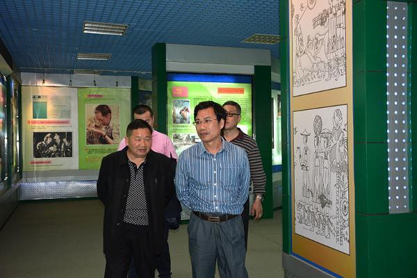 几位领导观看了我院宣传片,参观了校园和杂交水稻展览馆,胡副